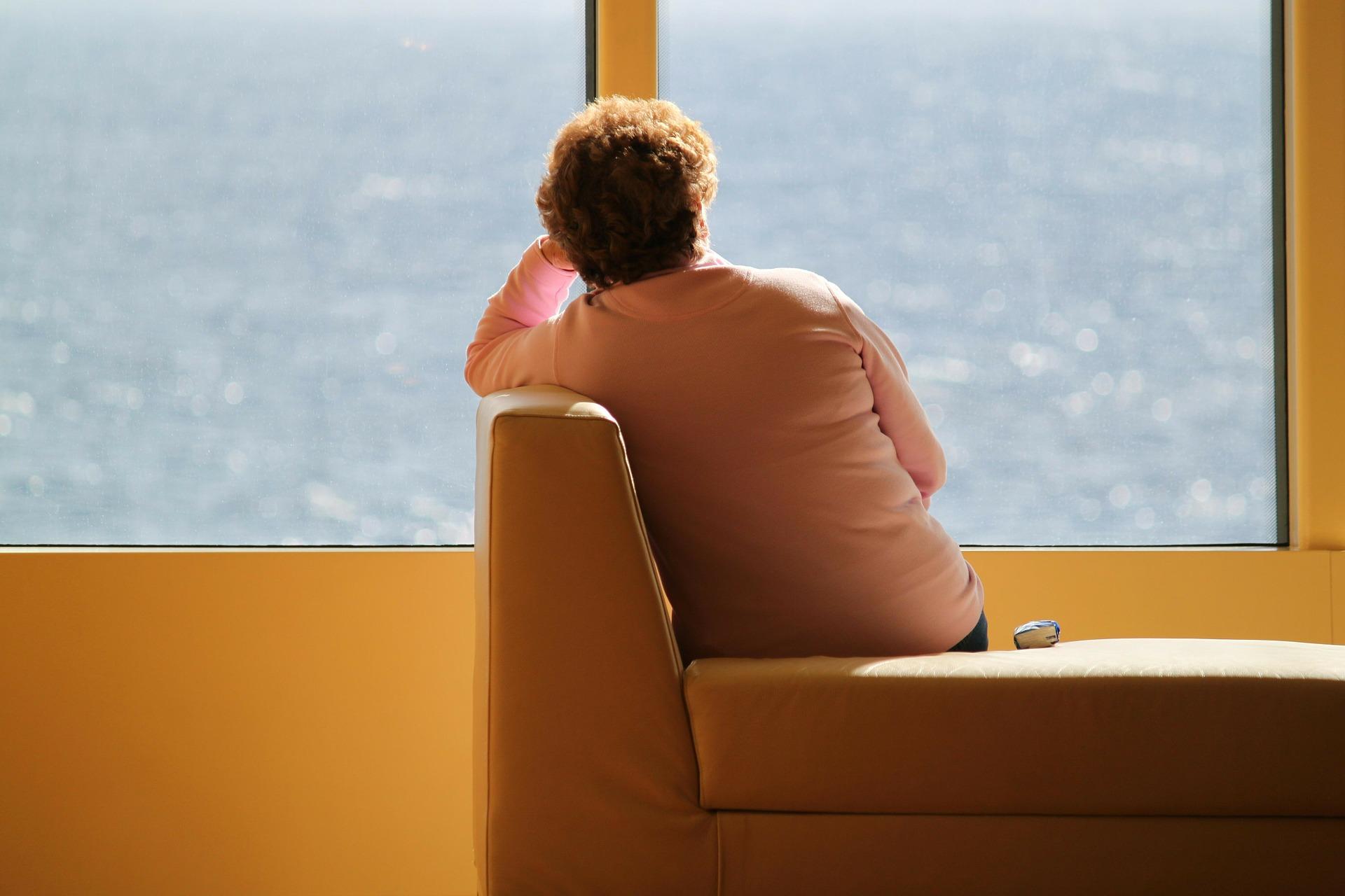 femme vue sur mer - problème de cystite